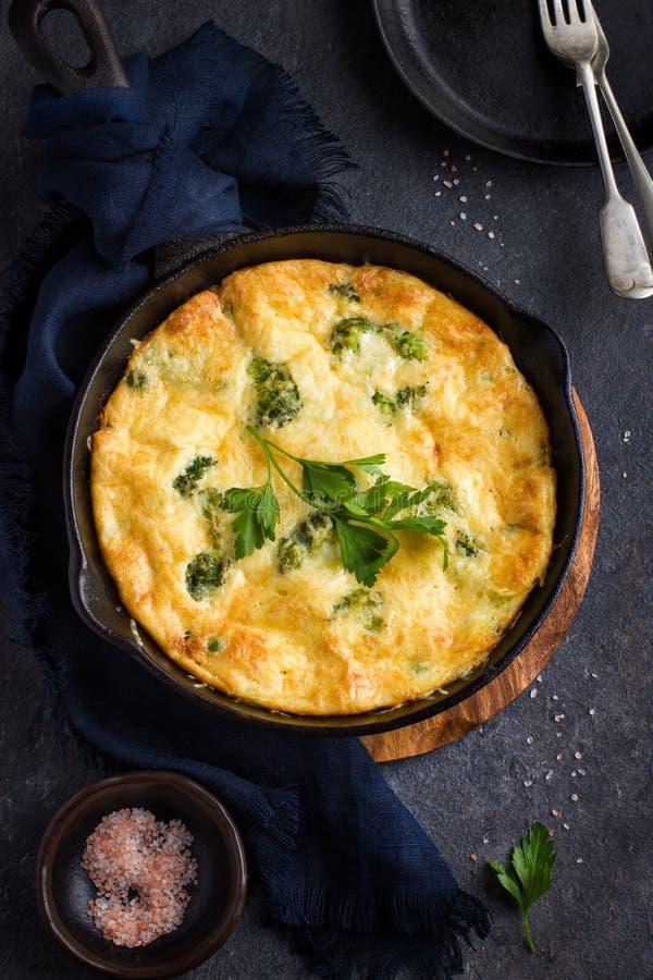 菜肉馅煎蛋饼(煎蛋卷)与菜和乳酪在生铁平底锅 免版税图库摄影