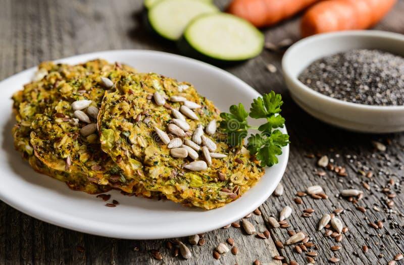 菜薄煎饼用夏南瓜、红萝卜、chia、亚麻籽和燕麦粥 库存图片