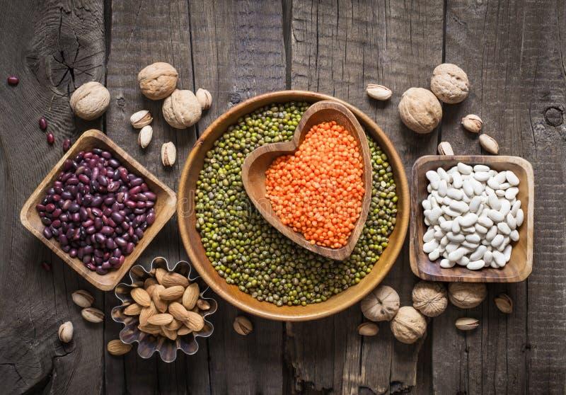 菜蛋白质的来源是各种各样的豆类和坚果 顶视图 免版税库存图片