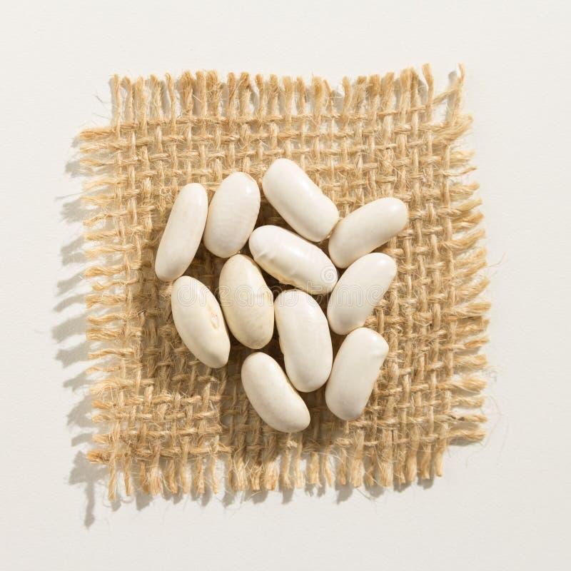 菜豆豆类 关闭在粗麻布的五谷 库存图片