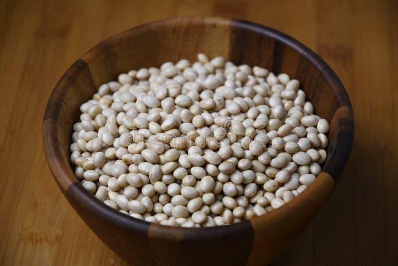 菜豆,在一个木碗的白色扁豆 库存照片