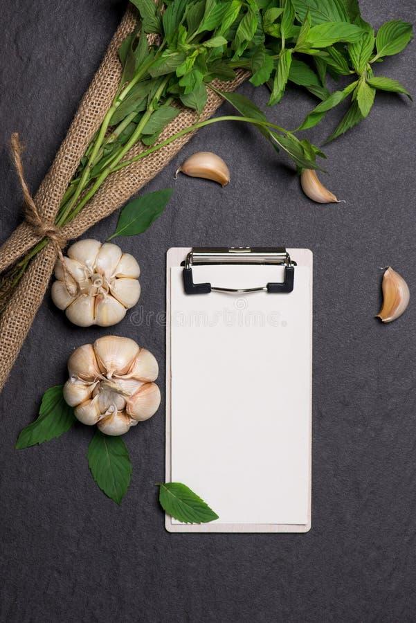 菜食谱 打开菜单书用新鲜的草本和香料  免版税库存照片