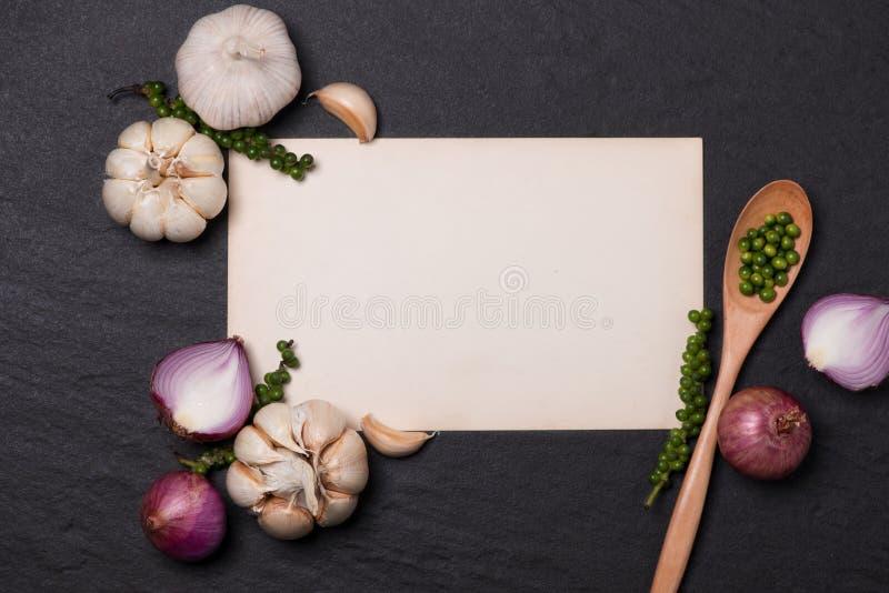 菜食谱 打开菜单书用新鲜的草本和香料  库存图片