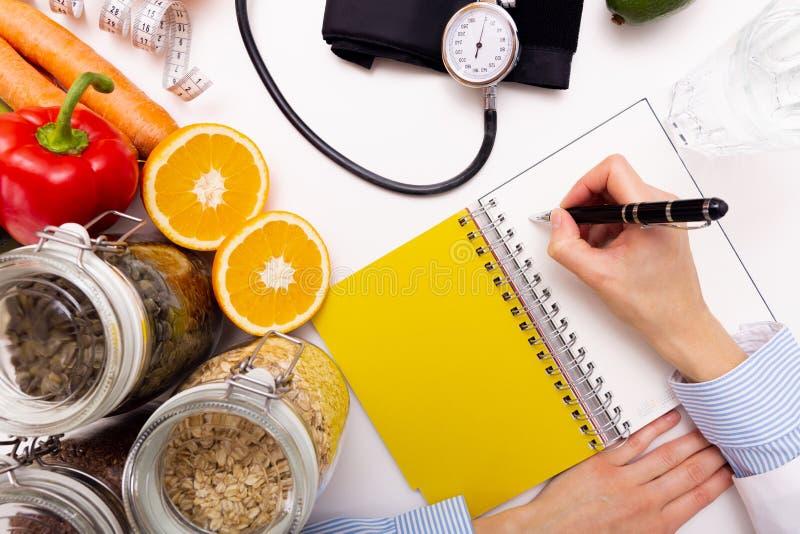 菜饮食营养和疗程概念 营养师  免版税库存图片