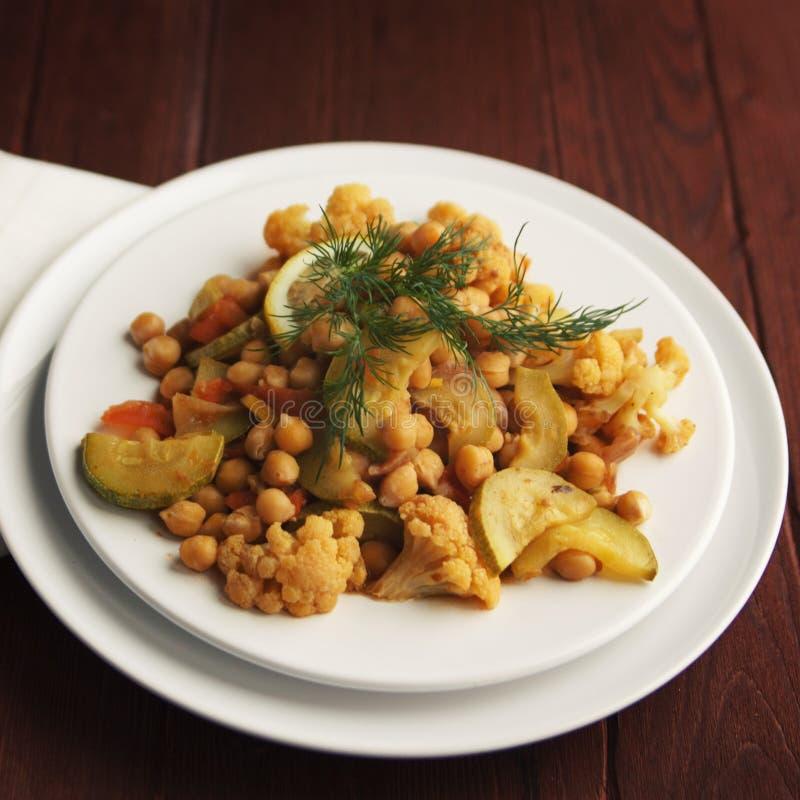 菜Stew.herbes de普罗旺斯 鸡豆花椰菜和圆白菜 免版税库存图片