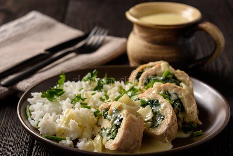 菠菜和无盐干酪充塞了在烤箱烘烤的鸡内圆角 免版税库存照片