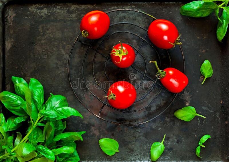 菠菜和蕃茄在老金属黑暗的葡萄酒背景,烹调成份,顶视图的意大利食物 健康素食主义者食物 库存照片