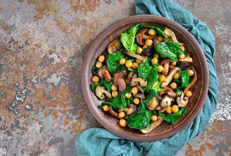 菠菜和蘑菇沙拉 免版税库存图片