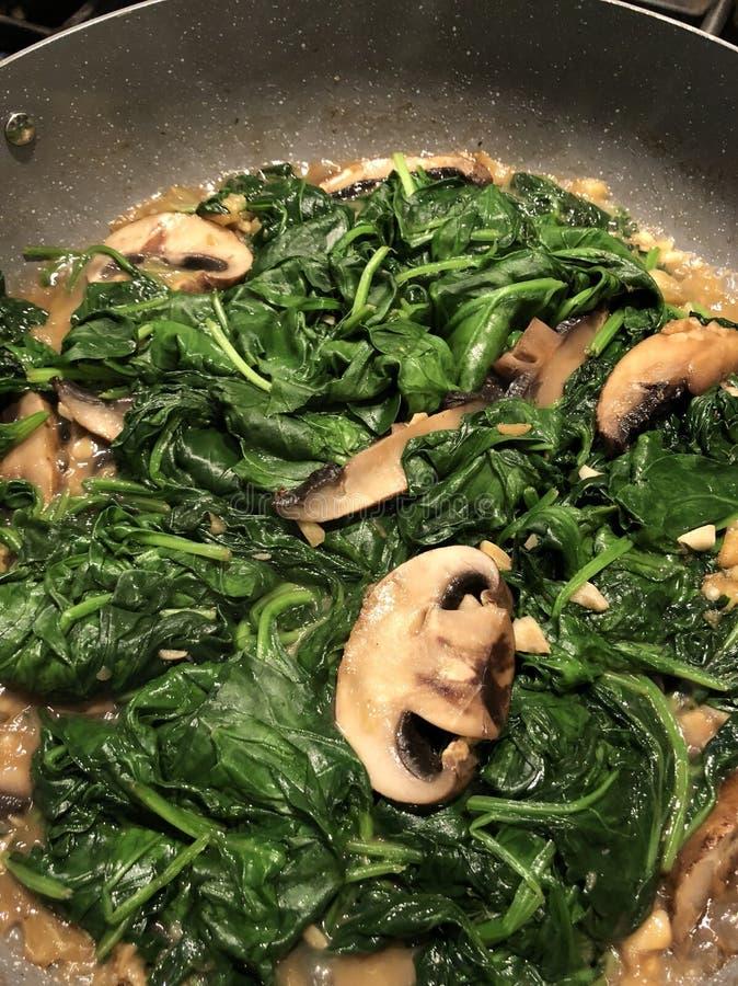 菠菜和蘑菇 库存图片