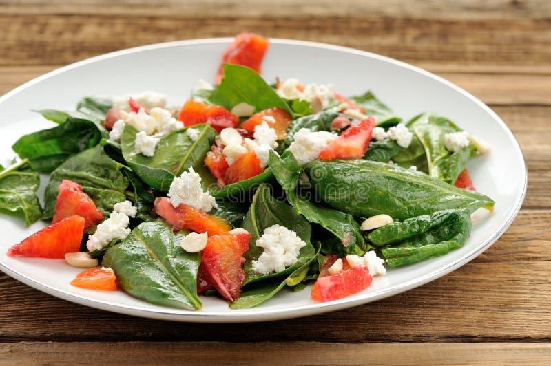 菠菜和血橙沙拉用酸奶干酪和花生 库存图片