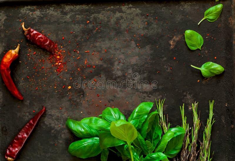 菠菜和香料与ingredientson在老生锈的金属黑暗的葡萄酒背景,顶视图 健康亚裔食物素食主义者 图库摄影