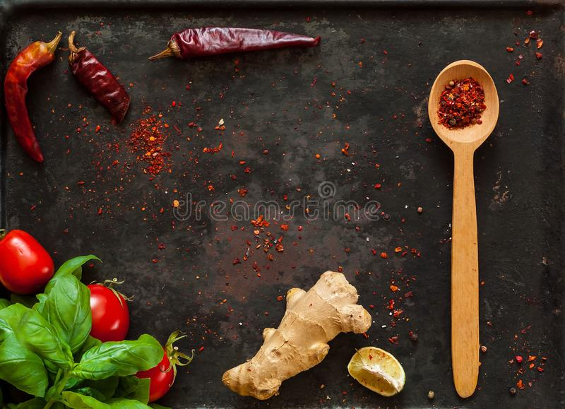 菠菜和香料与ingredientson在老生锈的金属黑暗的葡萄酒背景,顶视图 健康亚裔食物素食主义者 库存照片