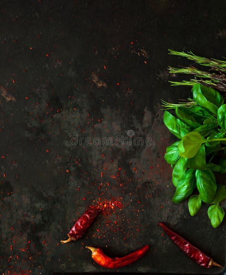菠菜和香料与ingredientson在老生锈的金属黑暗的葡萄酒背景  免版税库存照片