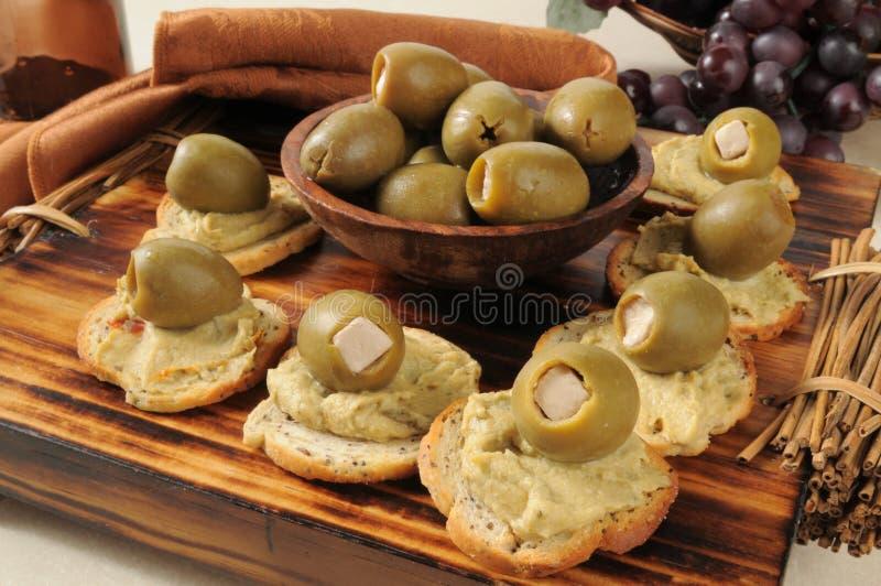 Hummus用绿橄榄和希腊白软干酪 库存图片