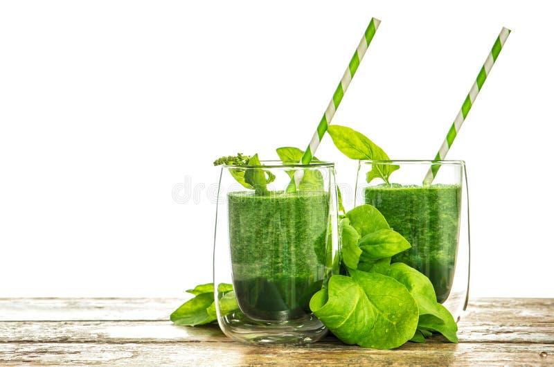 菠菜在透明玻璃把圆滑的人留在 健康绿色drin 免版税图库摄影