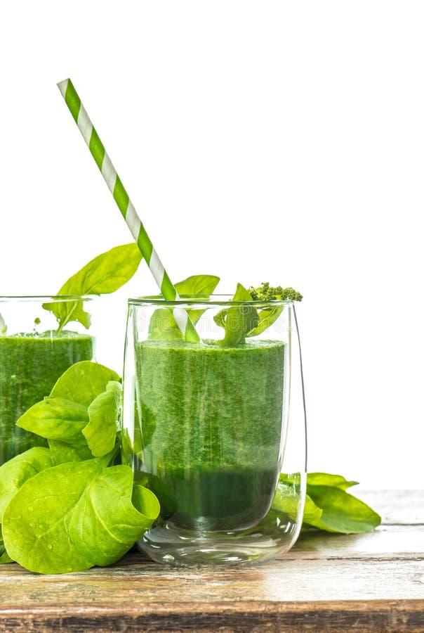 菠菜在玻璃把圆滑的人留在 素食营养 库存图片