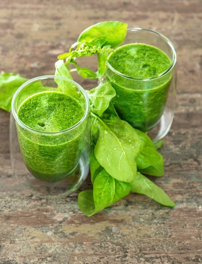菠菜留下圆滑的人 健康概念的食物 免版税库存图片