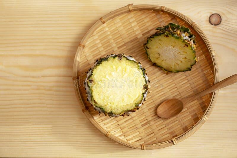 菠萝冰淇凌 在菠萝的冰淇凌在木背景 免版税库存照片