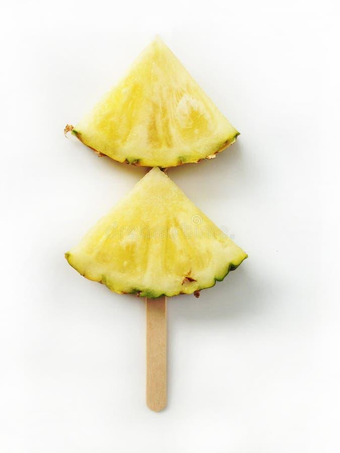 菠萝切片隔绝与冰棍儿在白色backgrou黏附 图库摄影