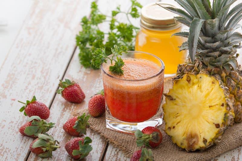菠萝和草莓混合汁液 免版税图库摄影
