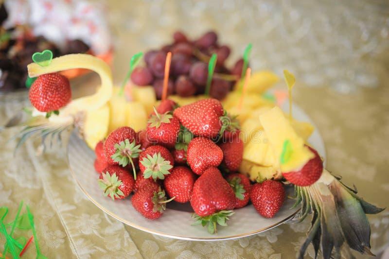 菠萝和草莓 免版税库存照片