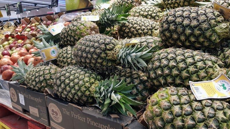 菠萝在超级市场 免版税库存照片