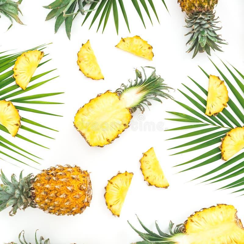 菠萝果子和棕榈叶的食物样式在白色背景 平的位置,顶视图 热带概念 免版税库存图片