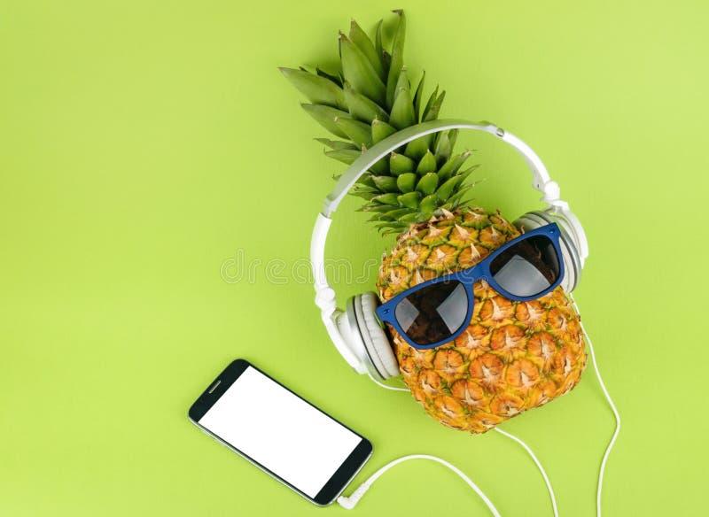 菠萝果子有耳机顶视图 免版税库存图片