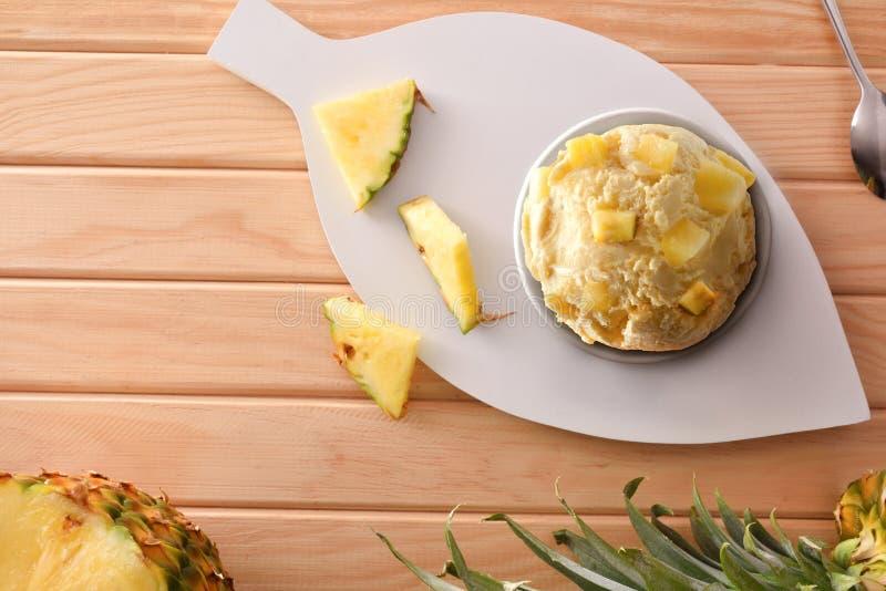 菠萝用菠萝大块装饰的冰淇淋杯子顶面 免版税库存图片