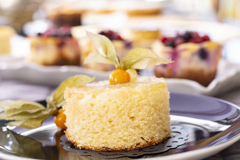 菠萝蛋糕用新鲜的菠萝 库存图片