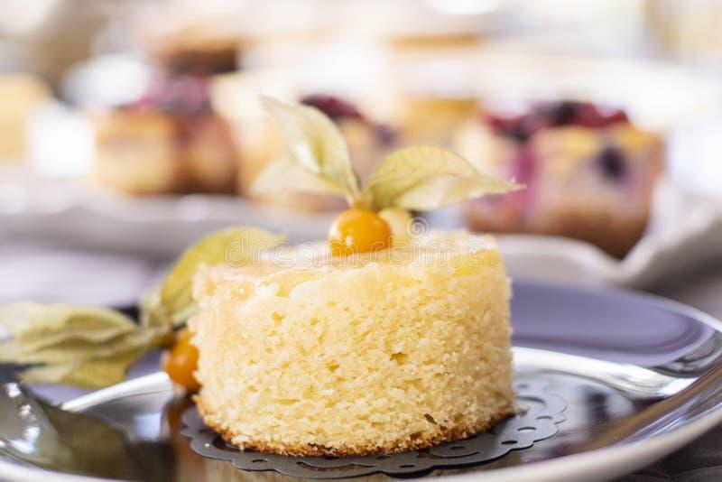菠萝蛋糕用新鲜的菠萝 免版税库存照片