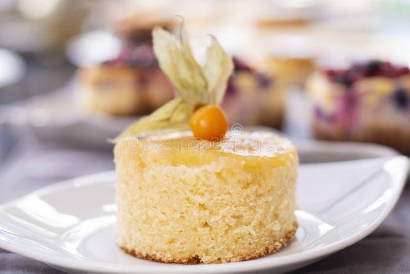 菠萝蛋糕用新鲜的菠萝 免版税图库摄影
