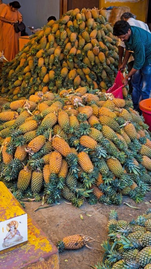菠萝被堆积在印地安市场的后方 免版税图库摄影