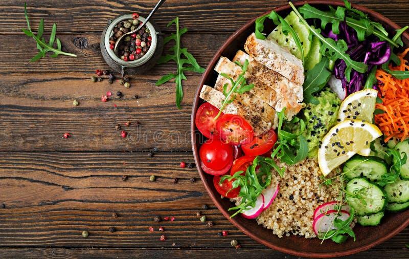 菩萨与烤鸡和奎奴亚藜,蕃茄,鳄梨调味酱捣碎的鳄梨酱的碗午餐 库存照片