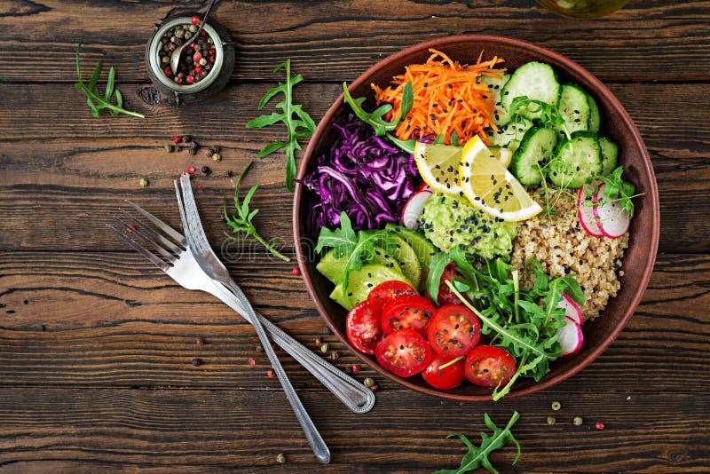 菩萨与烤鸡和奎奴亚藜,蕃茄,鳄梨调味酱捣碎的鳄梨酱的碗午餐 库存图片