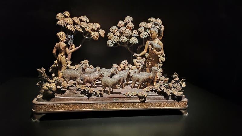 菩萨和绵羊木雕象 免版税库存图片