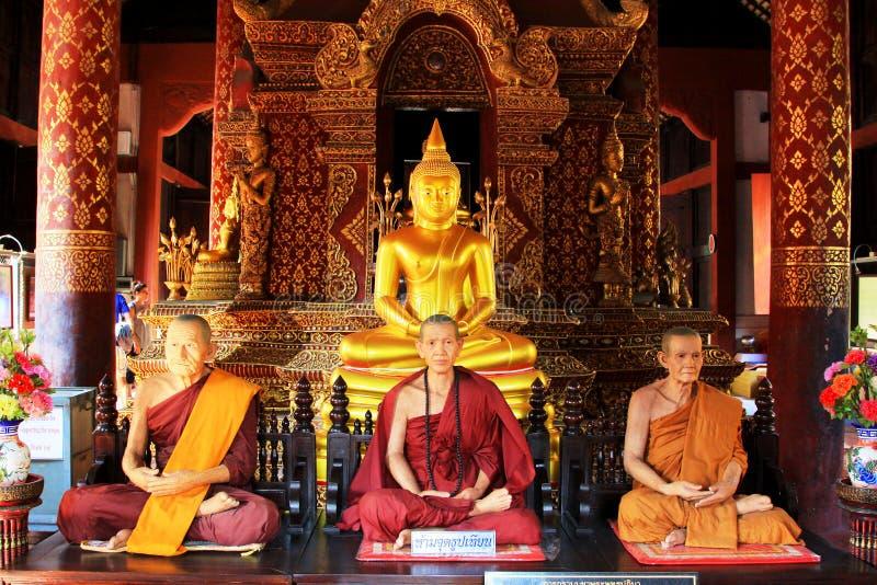 菩萨图象和修士在Wat Phra辛哈,清迈,泰国 免版税图库摄影