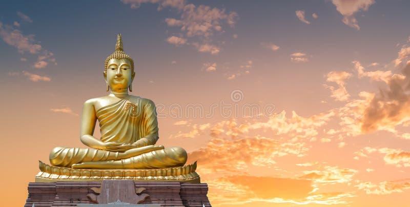菩萨图象和金黄天空在晚上 库存照片
