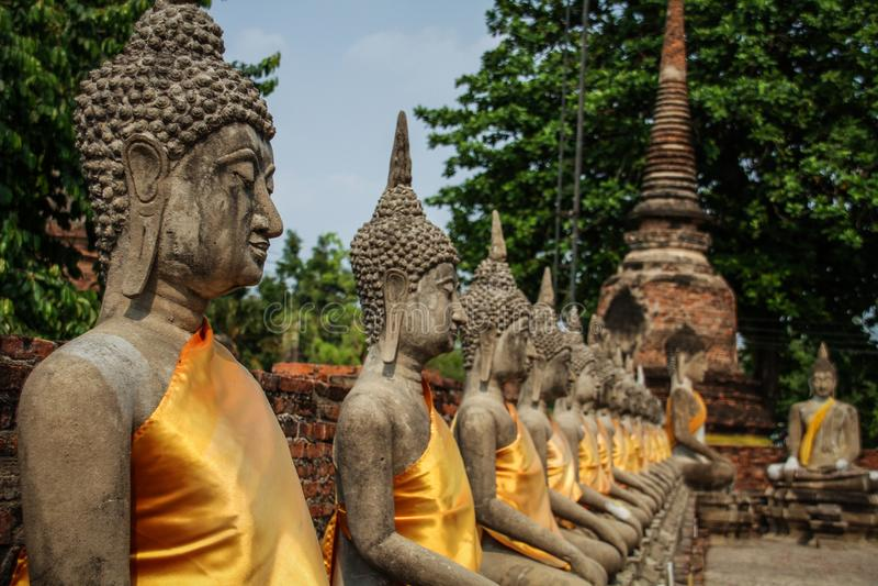 菩萨在Wat亚伊柴Mongkhon寺庙,阿尤特拉利夫雷斯,晁Phraya盆地,中央泰国,泰国的雕象对准线 免版税图库摄影