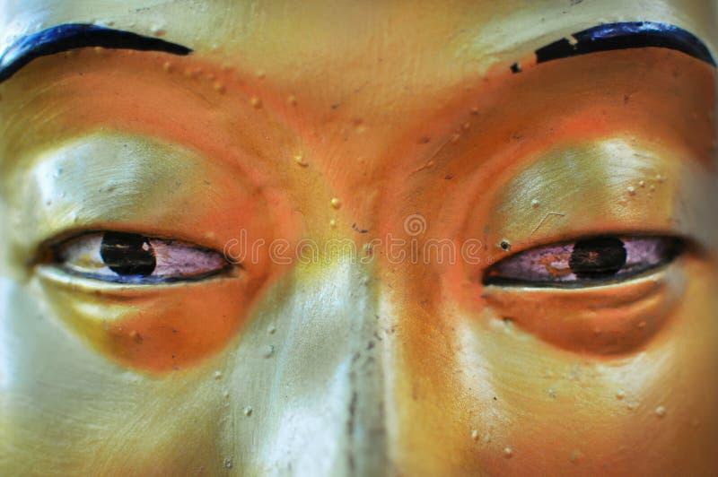菩萨接近的眼睛金黄雕象 免版税库存照片