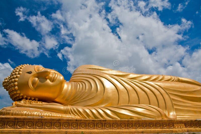 菩萨斜倚的雕象泰国 免版税库存照片