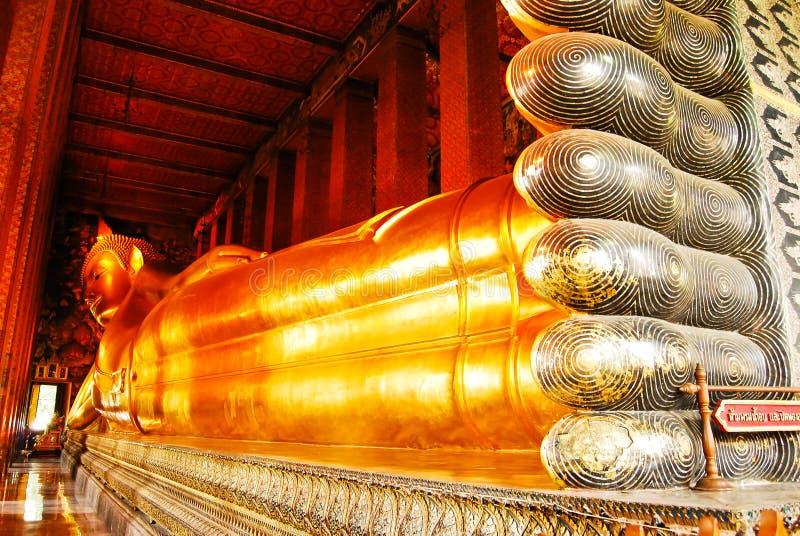 菩萨斜倚的雕象泰国 图库摄影