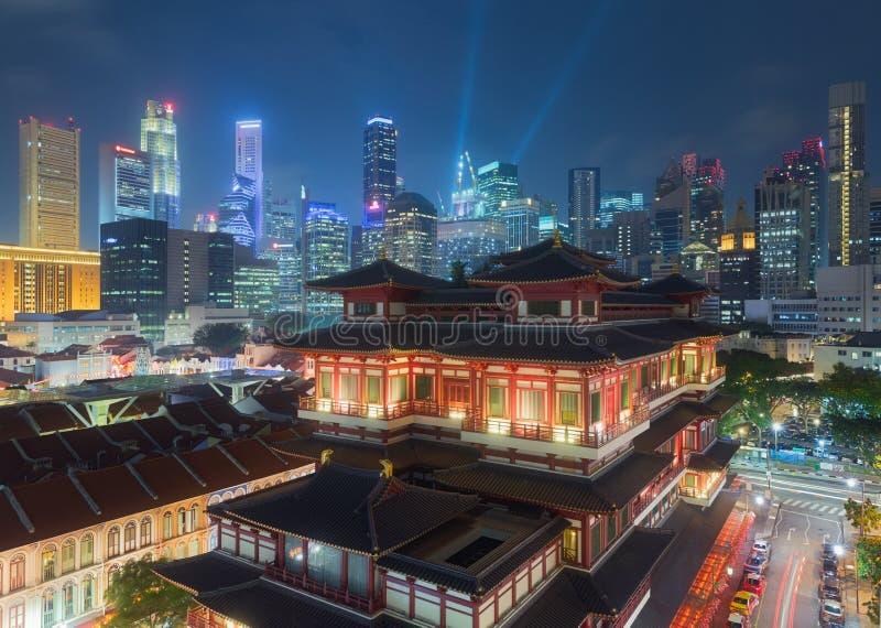 菩萨牙遗物寺庙在晚上在新加坡唐人街 免版税库存图片