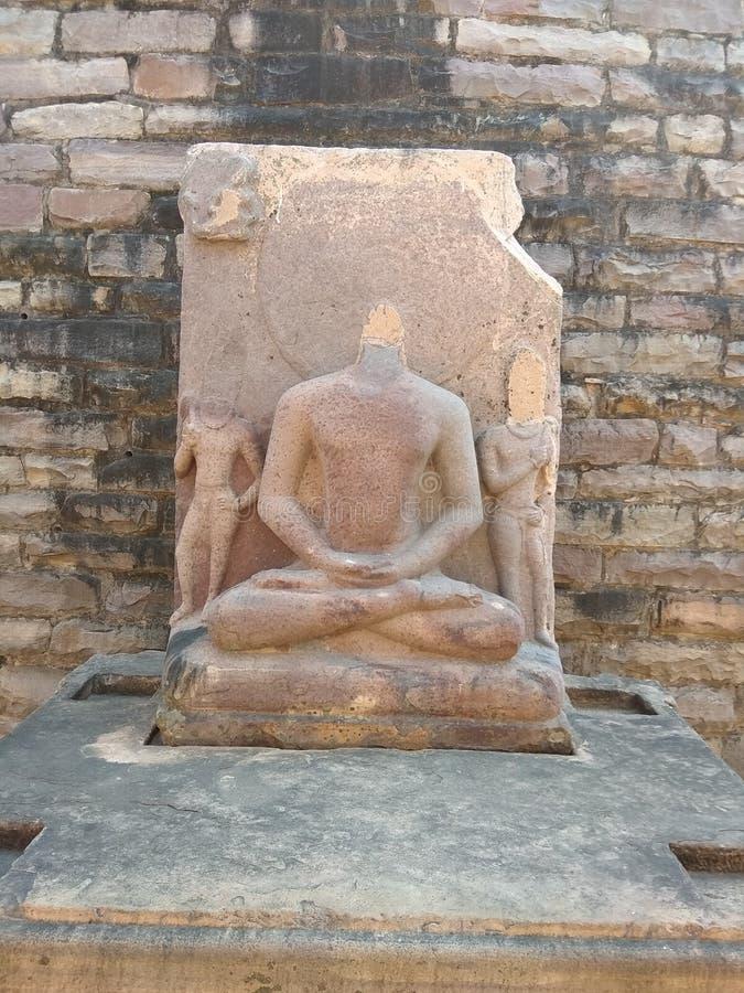菩萨的STATUE IN世界遗产名录在博帕尔,印度附近的桑吉STUPA阁下 库存照片