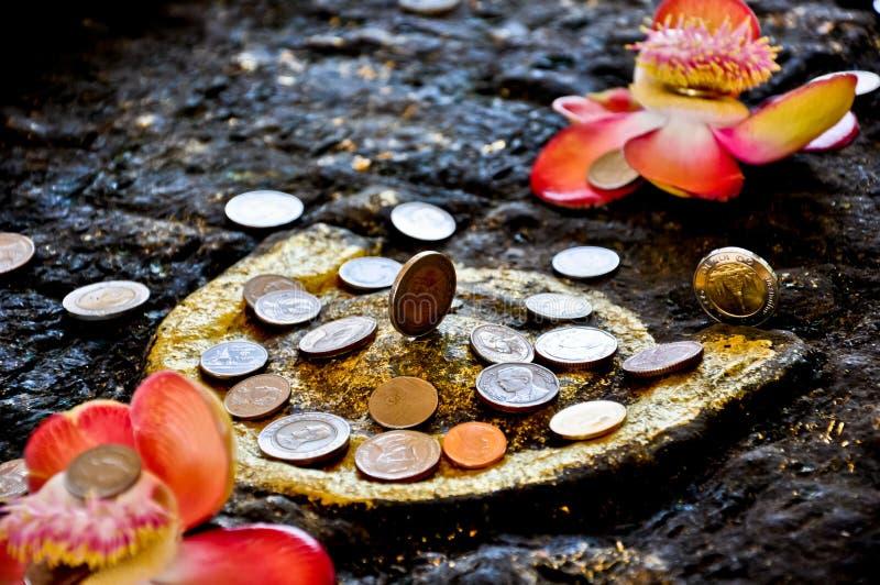 菩萨硬币捐赠脚印s泰国 图库摄影