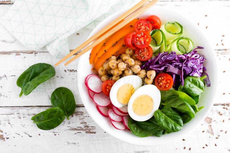 菩萨碗沙拉用鸡豆、甜椒、蕃茄、黄瓜、红叶卷心菜无头甘蓝、新鲜的萝卜、菠菜叶子和熟蛋 免版税库存照片