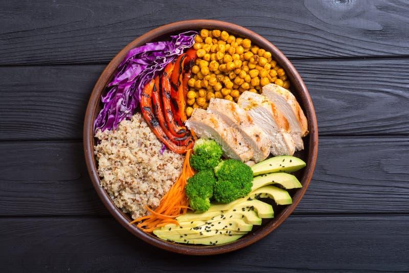 菩萨碗用鲕梨、鸡、胡椒、奎奴亚藜和chickpe 库存图片