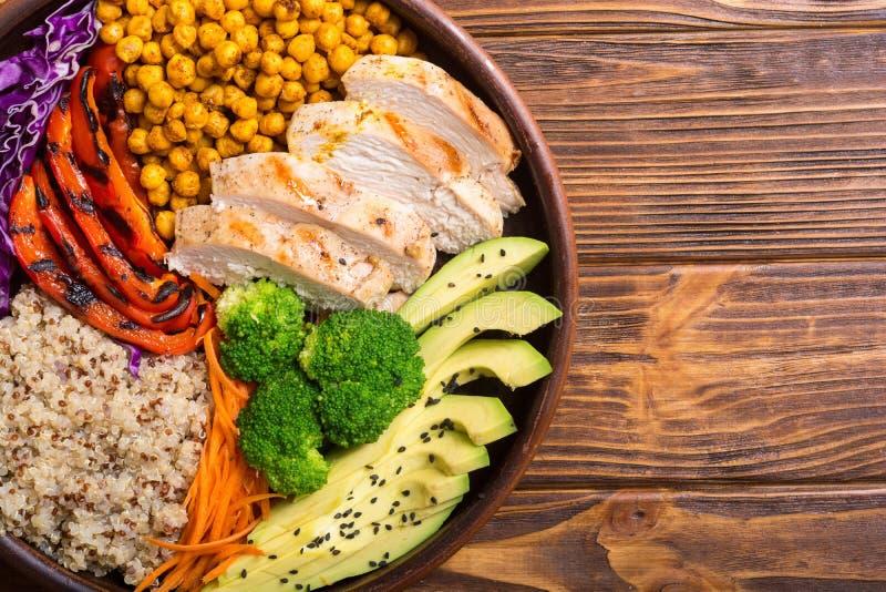 菩萨碗用鲕梨、鸡、胡椒、奎奴亚藜和chickpe 免版税图库摄影