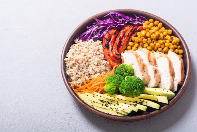 菩萨碗用鲕梨、鸡、胡椒、奎奴亚藜和chickpe 免版税库存照片