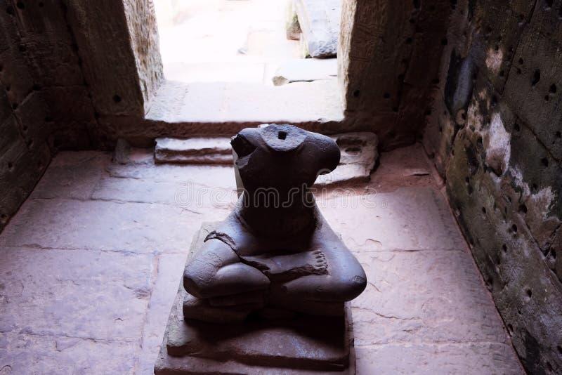 菩萨被亵渎的雕象在一个古老修道院里 神的无首的雕象 免版税库存照片